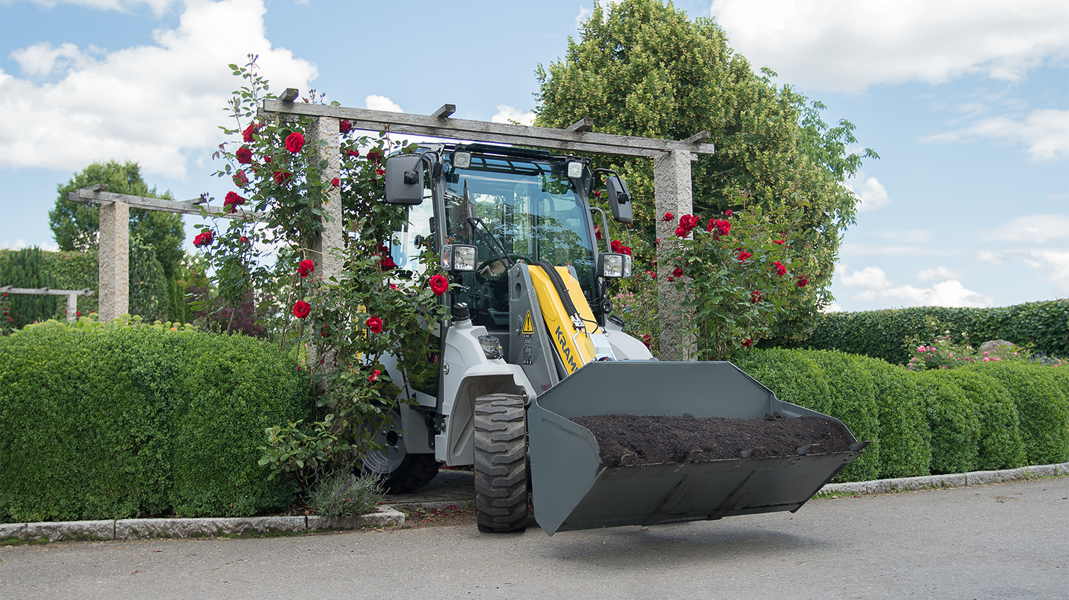 Gallery image 0 - **The compact genius redefined - exhaust emission stage V**  The 5035 is a compact and manoeuvrable wheel loader. With its dimensions it is predestined for low clearance heights and tight passages. This machine is also transportable on a car trailer due to its low transport weight.