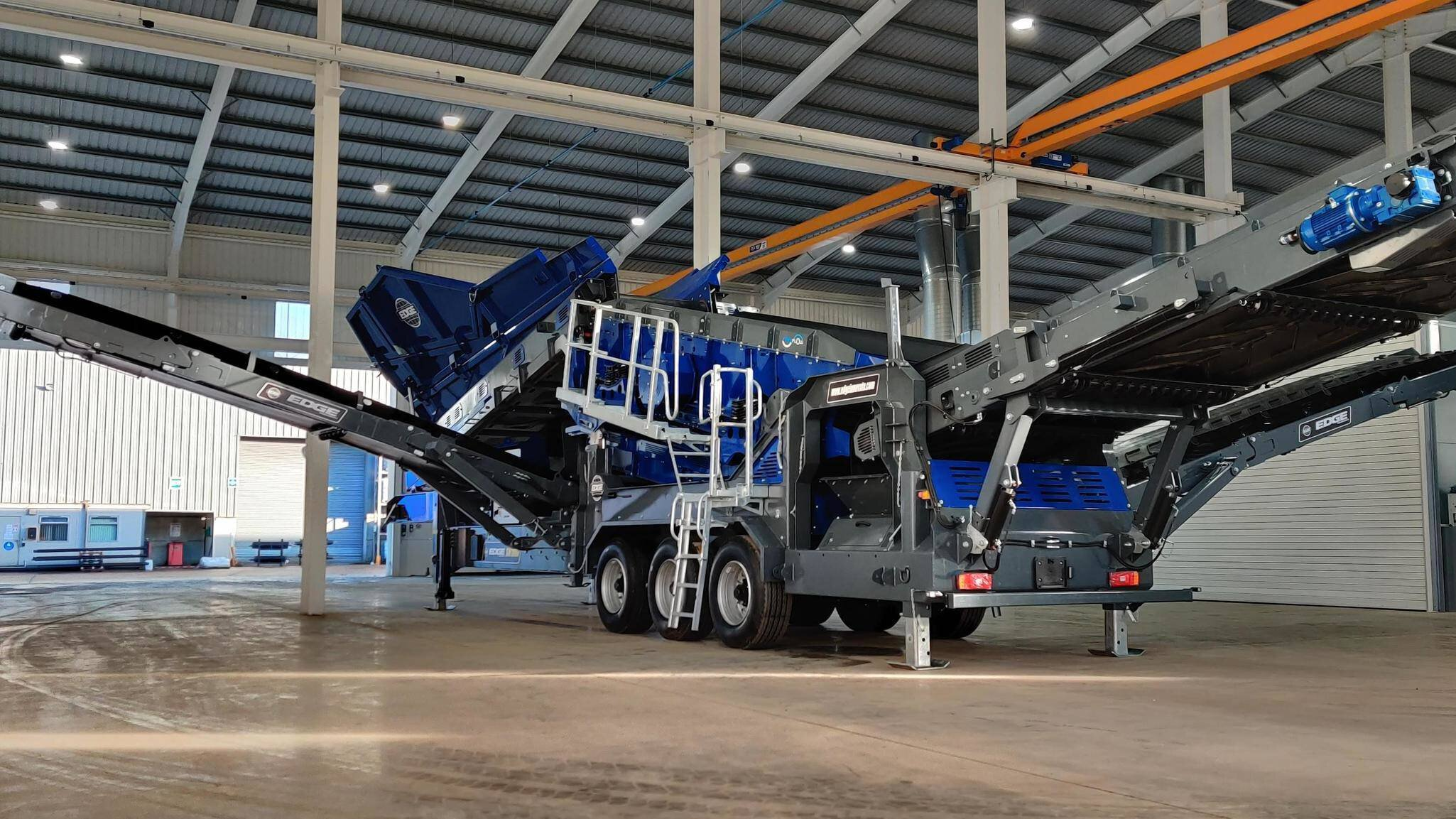 Gallery image 1 - The EDGE SM186 wheeled mounted screener is a highly efficient portable screen plant designed for the most difficult and demanding of applications including recycling, soils, aggregates, compost and demolition waste.