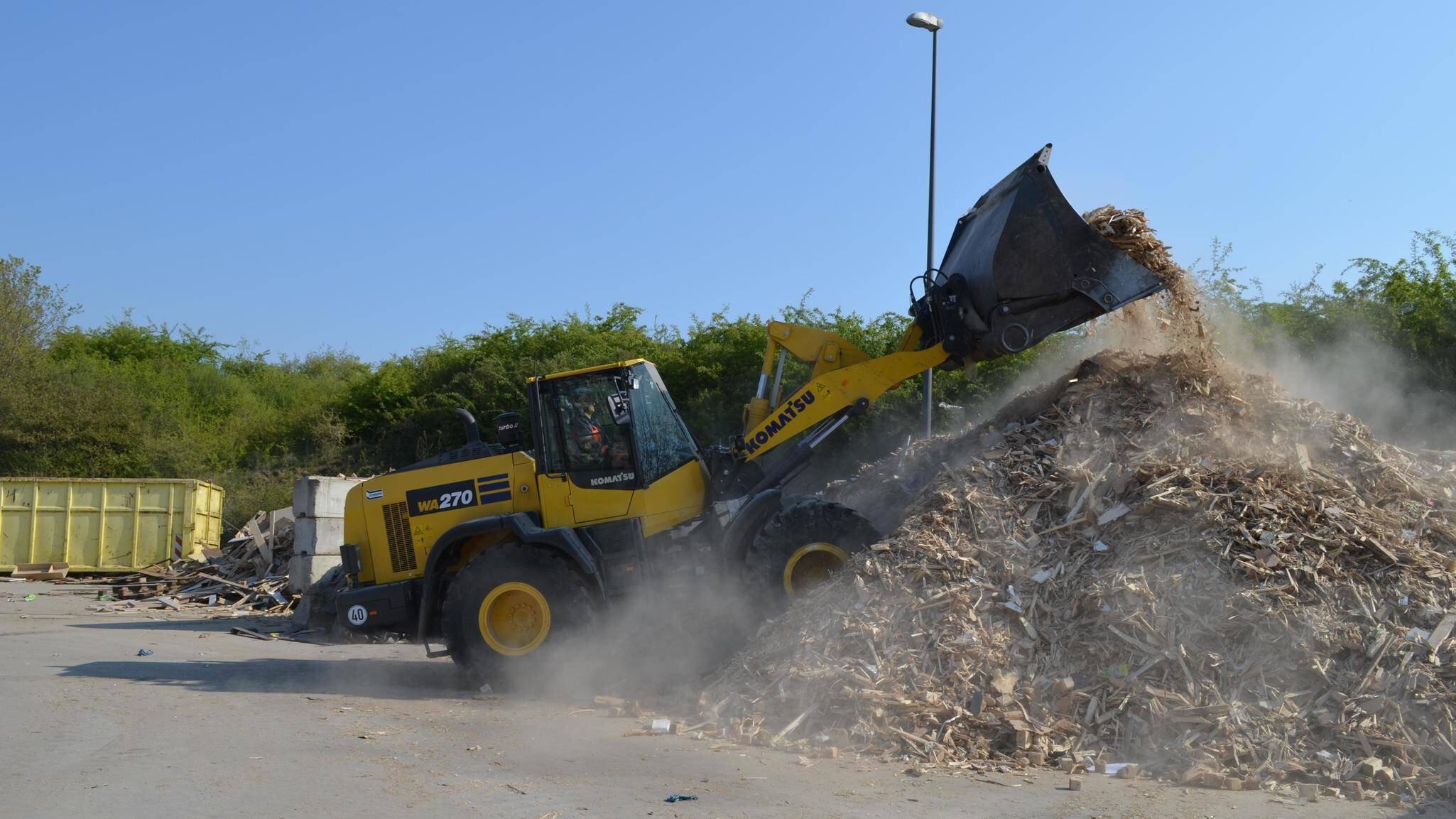 Gallery image 0 - Komatsu wheel loader WA270 in waste & recycling operation.