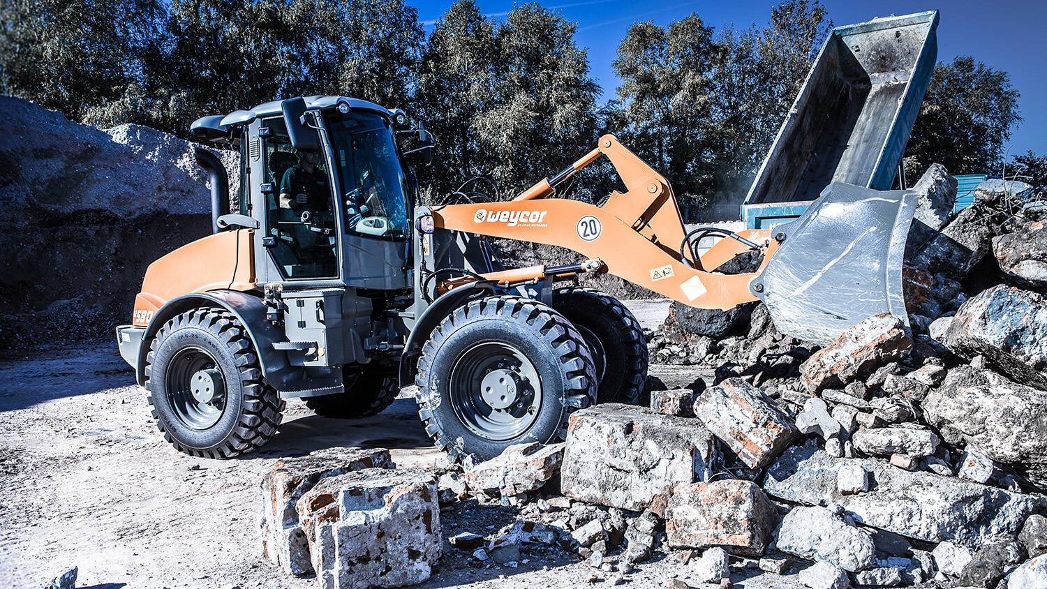 Gallery image 0 - - AR 580 -  * Shovel capacity: 1.8 m³ * Tear out force: 7,000 daN * Torque: 6,190 daN * Tipping load, straight: 7,573 kg * Tipping load, articulated: 6,706 kg * Lifting capacity at ground level: 8,200 daN * Operating weight: 9,600 kg