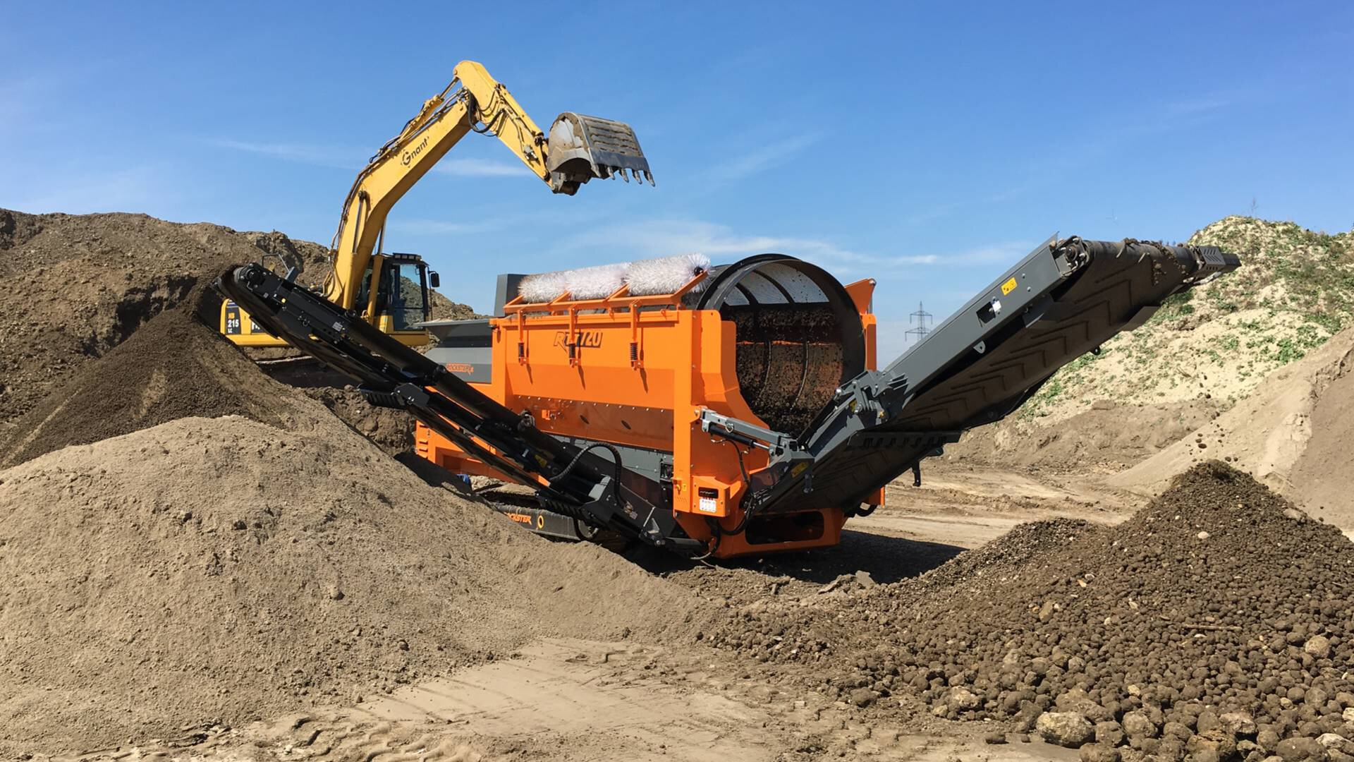 Gallery image 4 - TROMMEL SCREEN  - The extremely efficient, but still very compact trackmounted trommel screen RTT720 is applicable for C&D waste as well as for residual waste, quarry overburden, top soil, compost, wood chips or incinerator ash.
